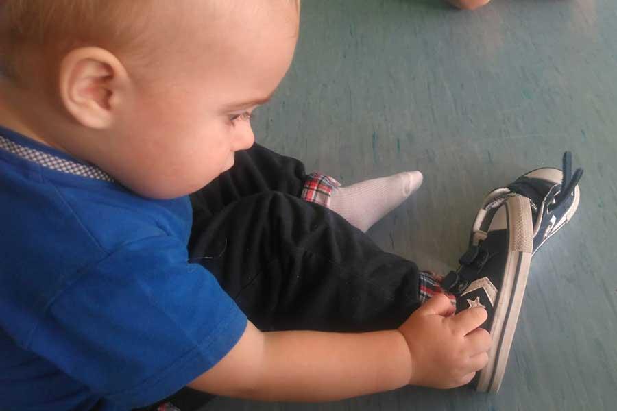 Quiero ser mayor niño observando su pie