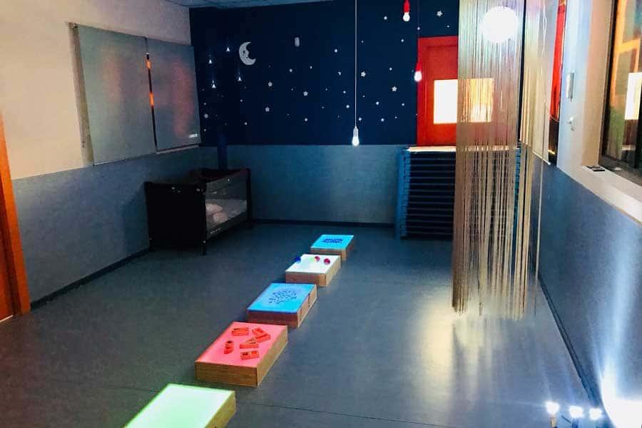 Sala con lunas y estrellas en Fun Academy