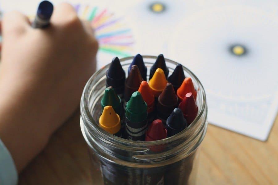 Niño pintando en escuela infantil