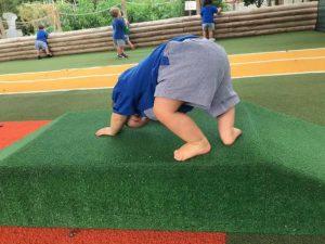 Bebé ejercitando movimiento libre
